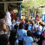 José Antonio con niños de San Salvador